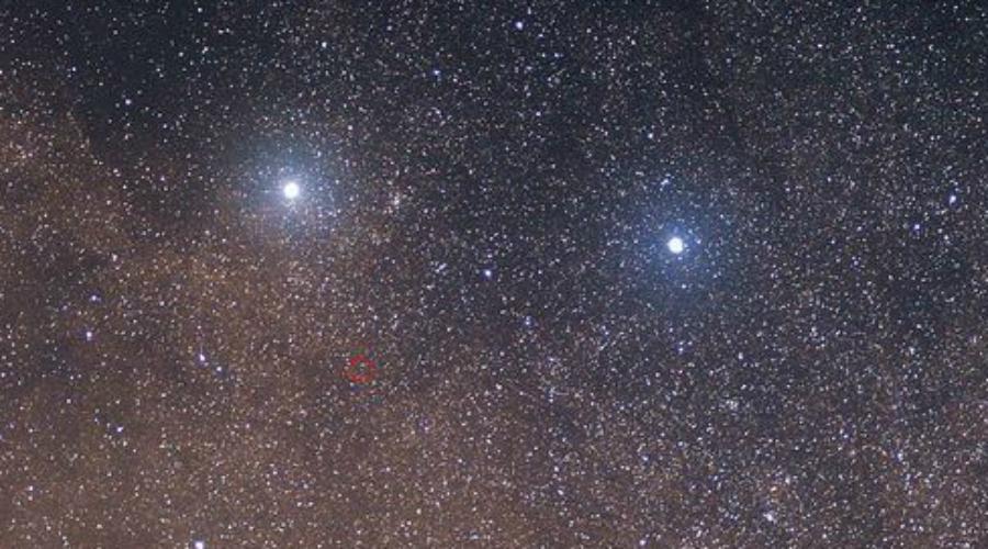 Еще экзопланета Сама система Альфа Центавра имеет сложное строение. Она состоит из двойных звезд, А и В. По наблюдениям астрономов, звезды такого класса часто находятся внутри крупных планетных систем и существуют несколько миллиардов лет. Таким образом выходит, что НАСА делают ставку не на одну экзопланету: рядом со звездами вполне может оказаться несколько миров с потенциалом для жизни.