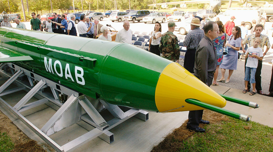 Прозвище Конечно, Пентагон не мог бы допустить столь фривольного официального названия. На вооружении Армии США стоит вовсе не «Мать всех бомб», а GBU-43/B MOAB. MOAB расшифровывается как Massive Оrdnance Air Blast, то есть тяжелый боеприпас фугасного действия, но солдаты предпочитают называть ее именно так — Mother of All Bombs, «мать всех бомб». Забавно, но на самом деле первым появилось именно прозвище, а уж расшифровку пришлось придумать под него позднее.