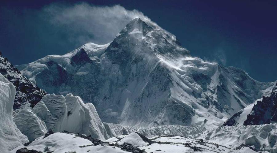 Опасное место Среди всех гор мира К-2 стоит на особом месте. Она всего на 239 метров ниже Эвереста, но альпинисты считают К-2 гораздо, гораздо опаснее. Насколько? Ну, в 2010 году Эверест успели покорить ровно 5104 раза. На К-2 поднялись всего 302. Из пяти альпинистов по статистике один гибнет, но это, почему-то, не останавливает прочих отчаянных смельчаков.