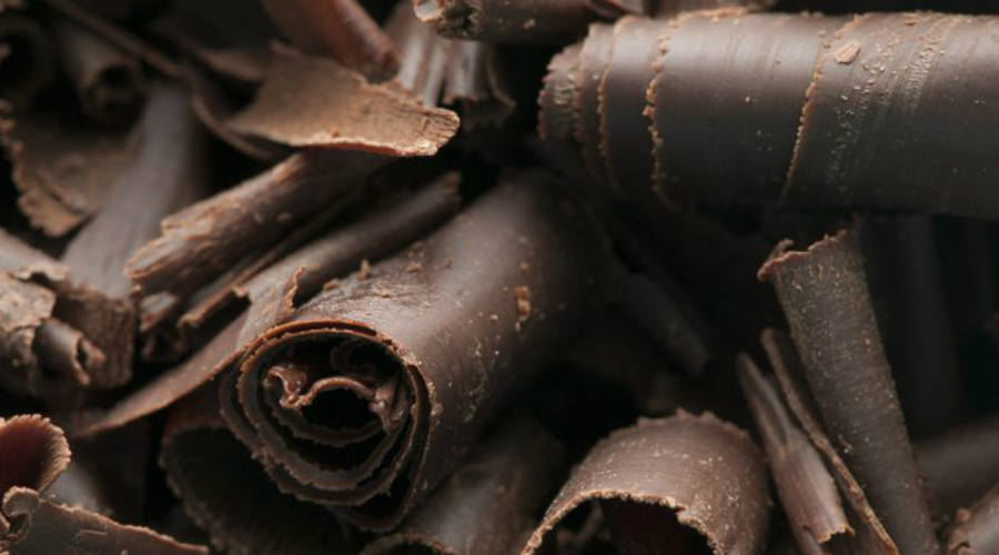Ожирение Шоколад, к сожалению, почти не содержит витаминов, минералов и клетчатки, зато содержит массу калорий. Избыточный вес у любителей сладкого — явление распространенное. Притом, опаснее всего как раз таки шоколад: даже небольшая плитка очень калорийна, а съесть ее проще простого.