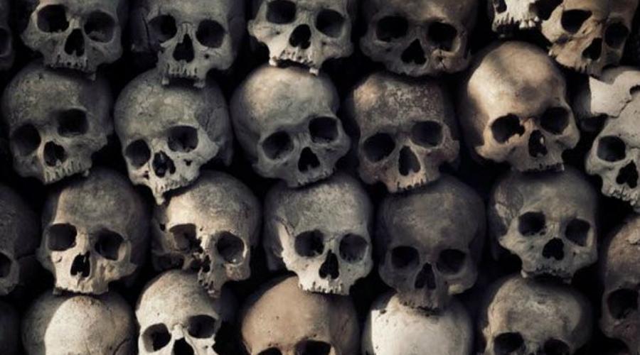Коллекционные черепа В начале XIX века парижская полиция практиковала сбор черепов казненных преступников. Отрубленные на гильотине головы тщательно очищались от плоти и хранились в специальных склепах подписанными. В какой-то момент эта особая картотека превратилась в неплохой бизнес: эксцентричные богачи с радостью платили огромные деньги для выкупа черепа прославленного преступника. Таким трофеем потом хвастались на балах — говорят, это придавало особый шарм танцам.