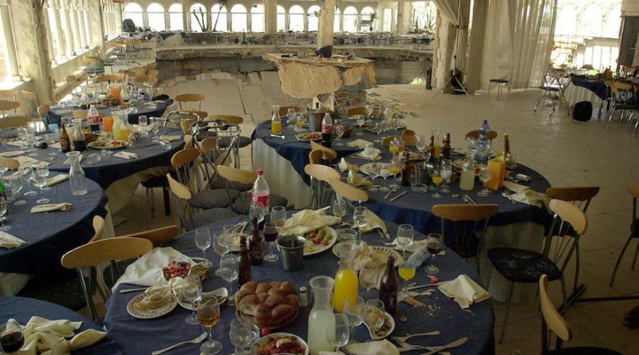 Зал «Версаль» Израиль, 24 мая 2001 года Зал торжеств «Версаль» был спроектирован специально под аренду для многочисленных еврейских свадеб. Несколько лет все проходило нормально, но в итоге выяснилось, что архитекторы не сумели правильно расставить несущие колонны в зале. Второй этаж не выдержал толпы в 400 человек и рухнул: 23 мертвеца, 380 раненых.