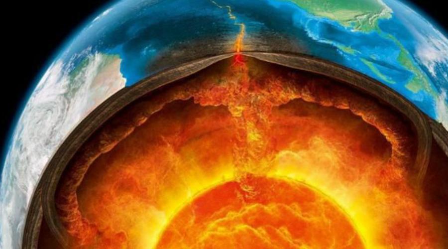 Мантия 85% объема и 65% массы Земли занимает мантия. Она состоит из четырех элементов, кислорода, кремния, магния и железа. Под действием высокого давления их атомы формируют плотные решетчатые структуры. Раньше ученые считали, что мантия представляет собой однородную каменную массу, идущую прямо до внешней части ядра. Сегодня же, с появлением новой информации, стало понятно, что мантия двигается вместе с поднимающейся и опускающейся породой. Существует даже смелое предположение, согласно которому так называемые мантийные плюмы поднимаются к самой поверхности Земли каждые три-четыре сотни миллионов лет. Вместе с ними поднимается и невероятное количество лавы, уничтожающее всю жизнь на планете.