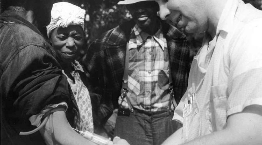 Эксперименты на чернокожих Сифилис, если его не лечить, может привести к слепоте, параличу и, в конечном итоге, смерти. А до открытия пенициллина никакого лечения не было в принципе. В 1932 году США официально приняли программу «Tuskegee Study of Untreated Syphilis in the Negro Male», в рамках которой по всей стране нанимали чернокожих бедняков, заразившихся сифилисом. Им обещали лечение, а на самом деле врачи просто смотрели, как протекает болезнь. Что хуже всего, исследователи продолжили эксперимент и после того, как пенициллин стал общепринятым средством лечения сифилиса в 1945 году. Бесчеловечный эксперимент продолжался до 1972 года — притом, правительство отвергало само существование программы, пока журналисты The New York Times не приперли конгрессменов к стенке.