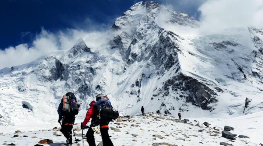 Экспедиция Висснера А в 1939 году очередную попытку покорить Гору Смерти предпринял Фриц Висснер. Его команда не дошла до вершины всего 200 метров. В отличие от Хьюстона, Висснер принял решение двигаться дальше, навстречу гибели. Ему все равно пришлось повернуть, когда за 30 минут со склона бесследно исчезли Дадли Вулф, Пасанг Кикули, Пасанг Китар и Пинцо.