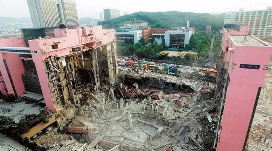 Торговый центр Sampoong Южная Корея, 29 июня 1995 года Доподлинно неизвестно, что стало основной причиной обрушения крыши торгового центра в Сеуле. Архитекторы допустили массу ошибок, начиная от использования дешевых материалов и заканчивая неумелым проектированием нагрузки. Жертвой халатности мастеров стали 502 человека.