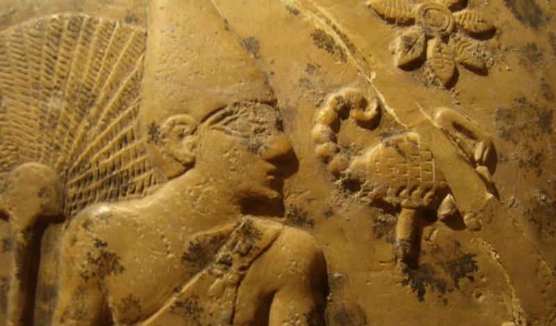 Две гробницы Загадкой историков является и то, что сейчас обнаружены целых две гробницы, каждая из которых может принадлежать Царю Скорпионов. Первая, маркированная как «гробница В50», расположена неподалеку от Абидоса. Это квадратная камера из четырех комнат, заполненная дорогими артефактами и значками с изображением скорпиона. Вторая («гробница НК6-1») находится в Иераконполе — оформлена она аналогично первой.