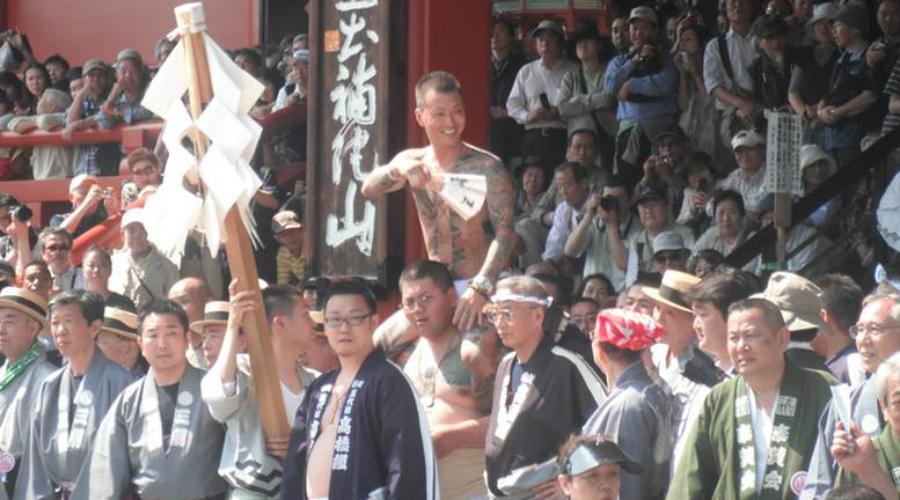 Якудза помогают Японии Якудза не раз приходили на помощь жителям Японии во время бедствий. Так было во время многочисленных войн ХХ века, а также во время разрушительных землетрясений. Бригады якудза собирали раненых, организовывали питание и даже пускали беженцев в свои штаб-квартиры.