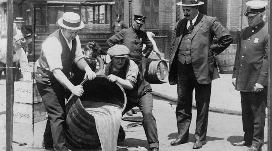 Отравленный алкоголь Знаменитый Сухой закон, формально поддерживаемый абсолютным большинством американцев, на деле был крайне непопулярен. Бутлегеры наводнили страну контрабандным спиртом, перекрыть все границы было просто невозможно. И правительство США придумало гораздо более простой путь: в середине 1920 годов в бочки с конфискованным алкоголем начали добавлять метанол, или древесный спирт. Это вещество для человека смертельно опасно и само собой, правящая партия до последнего отрицала свою вину, сваливая все на недобросовестных бутлегеров. В конце концов информация все же подтвердилась… По самым скромным оценкам, за несколько лет этого «крестового похода» погибло около 10 000 человек.