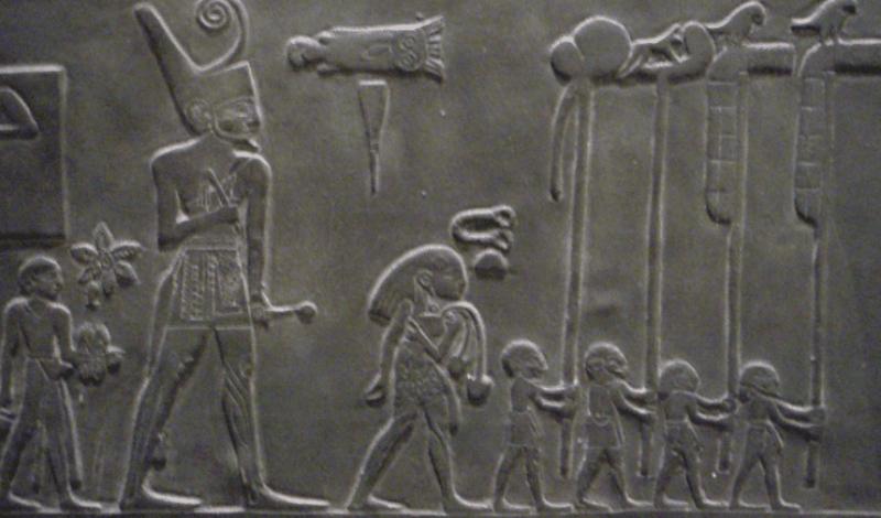 Кровавый царь Еще одним свидетельством дел Царя Скорпиона считается каменная глыба, обнаруженная неподалеку от озера Насер. На ней изображен огромный скорпион, попирающий лапами тела убитых врагов. Символика мертвых воинов позволяет предположить в них нубийцев — египтяне в то время обозначали своих старых врагов именно таким образом. Сцена может быть интерпретирована как великая победа Скорпиона II над враждебными нубийскими племенами: царь выступает в роли защитника и завоевателя одновременно.