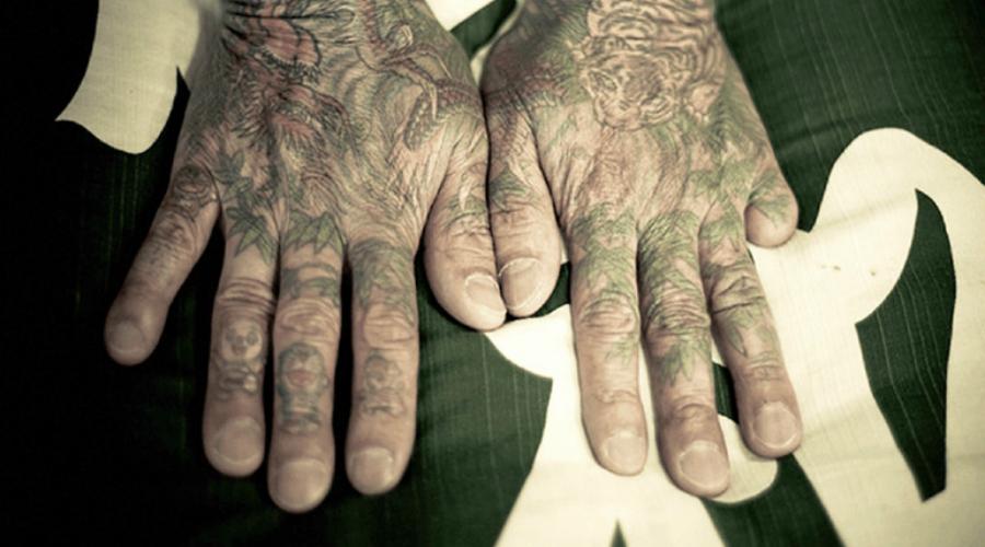 Члены якудза режут себе пальцы Кроме татуировок, у якудзы есть еще один жестокий ритуал — укорочение пальцев. Ритуал означает искупление вины — рядовой якудза отрезает себе фалангу пальца и отдает ее боссу. Если тот не удовлетворен —отрезание пальцев продолжается до полного извинения.