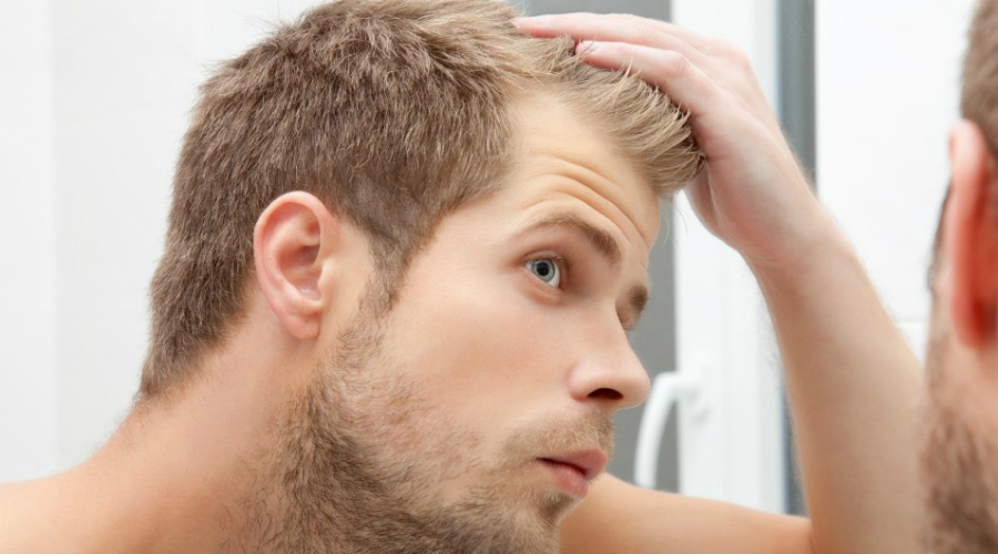 Облысение Странно, но факт: внезапное и резкое облысение действительно является внешним показателем высокого риска сердечных заболеваний. Чаще всего этот признак возникает у людей старше 35 лет. Облысение также связано с повышенным уровнем гормона кортизола, вызванного постоянным стрессом. Как сами понимаете, ничего хорошего от подорванной нервной системы ждать не приходится.