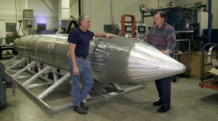 Размеры и масса Размеры MOAB действительно впечатляют. Длина снаряда составляет девять метров, масса — 9800 килограмм. Интересно, что боевые самолеты просто не приспособлены к перевозке боеприпасов таких размеров: «мать всех бомб» едет до места назначения на транспортнике МС-130 и выбрасывается через грузовой люк. Специальный GPS-трекер помогает навести снаряд на цель, детонация происходит примерно в метре от земли.