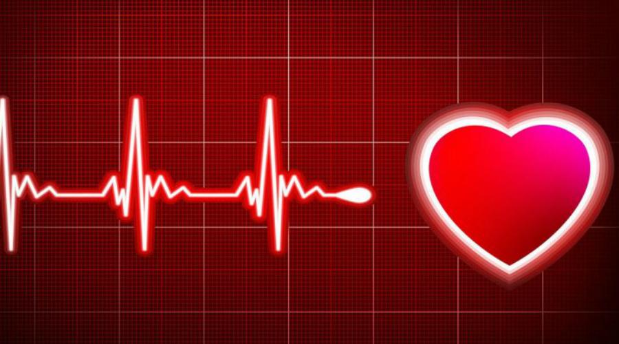 Аритмия и тахикардия Пожалуй, самый явный признак скорых неприятностей с сердцем. Аритмия (нерегулярное сердцебиение) или тахикардия (увеличение частоты сердечных сокращений) обычно сопровождаются внезапной панической атакой. Если приступ близок, то аритмия продолжается в течение двух-трех минут. Накапливается усталость, кружится голова.