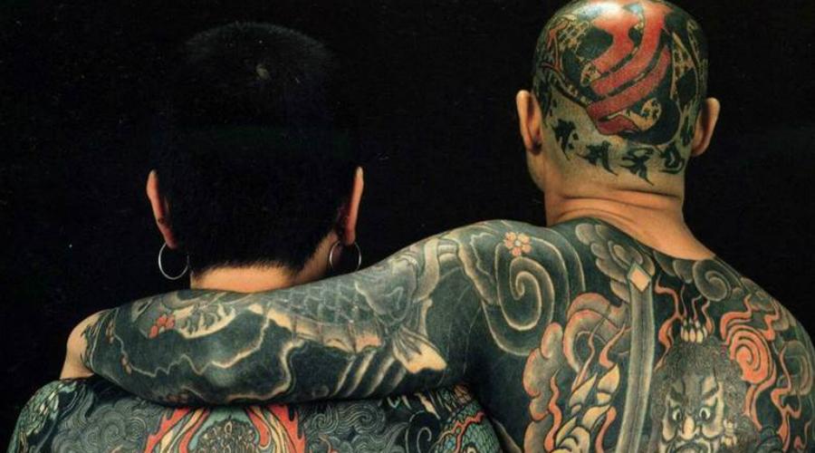 Их татуировки делают вручную Члены якудза сразу узнаваемы по их татуировкам, которые закрывают большую часть тела. Хотя члены якудза носят рубашки с длинным рукавом и высокие воротники, чтобы скрыть эти декорации, наедине с другими членами банды они могут вести себя открыто. Они используют исключительно традиционную технику нанесения татуировки, которая уходит вглубь веков и делается без каких-либо электрических компонентов.