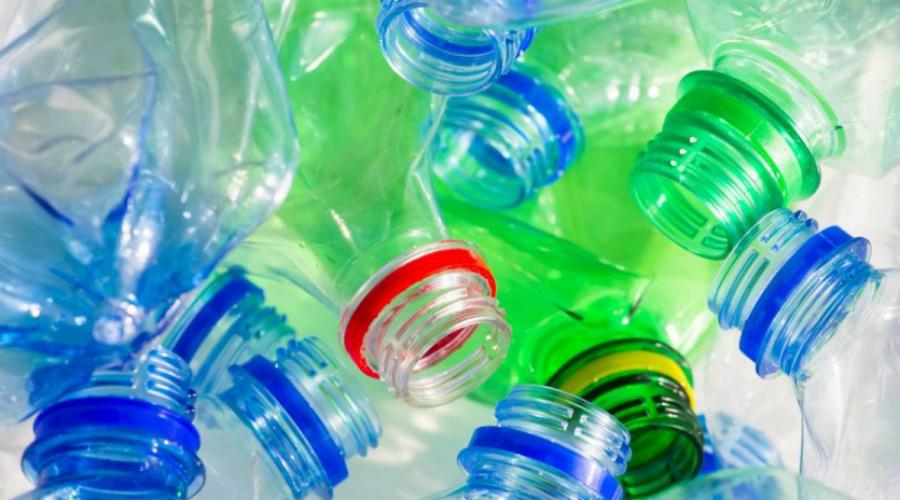 Пластиковые бутылки Сейчас становится популярно заказывать воду домой в больших кулерных емкостях. Делать так не стоит, да и вообще пить из пластиковых бутылок не нужно. Дело в том, что в них очень высока концентрация канцерогенного вещества бисфенола А — во многих странах его уже запретили, но в России производители выпускают бутылки по прежней технологии.