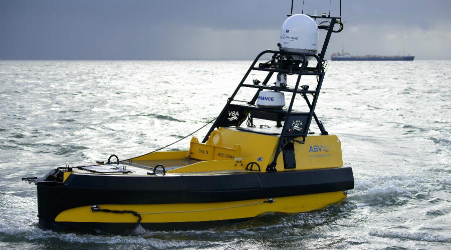 C-Worker 5 Беспилотными становятся не только самолеты, но и морские суда. Великобритания представила свой катер C-Worker 5, способный развивать небольшую скорость, зато держаться на одном топливном баке целую неделю. Судно планируется использовать для разведки и траления, в крайнем случае его можно взорвать дистанционно и устроить что-то вроде диверсии.