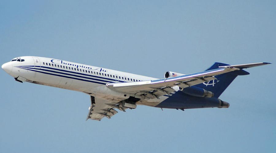 Boeing 727 Подавляющее большинство крупных авиакомпаний уже давно не использует Boeing 727. В Америке на таком самолете полетать (к счастью) так и вовсе не получится, а вот за пределами США 727 встречаются. Последняя катастрофа этой модели произошла в африканском Бенине в 2003 году — погибли все пассажиры. В среднем на 2 306 300 летных часов приходится 1 авиакатастрофа.