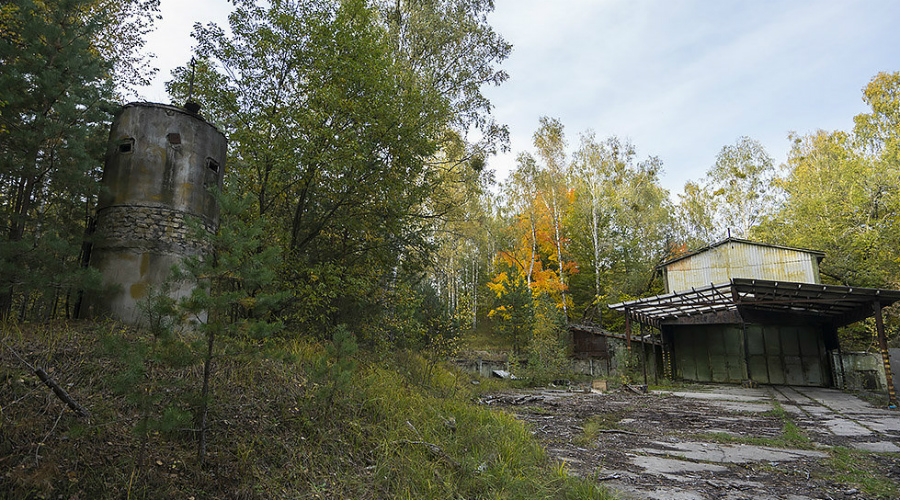 Жилая зона Территория комплекса делилась на две зоны, жилую и техническую. Жилая существует и теперь, ее переименовали в поселок Заречье. Техническая же затеряна дальше в лесу — это огромная площадка в 2,5х2,5 километра, на которой стоят ныне заброшенные бункеры хранения.
