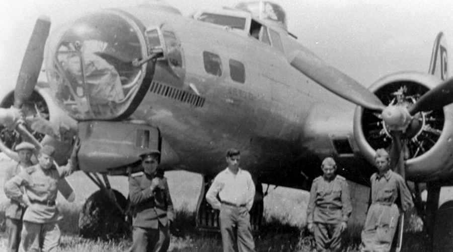 Волк показывает зубы И первая, и вторая операции были признаны очень удачными. Вот только союзники не учли профессионализм и выучку пилотов Люфтваффе. После второй миссии за эскадрильей «крепостей» на некотором отдалении проследовал немецкий летчик и сумел снять данные о существовании секретной полтавской базы.