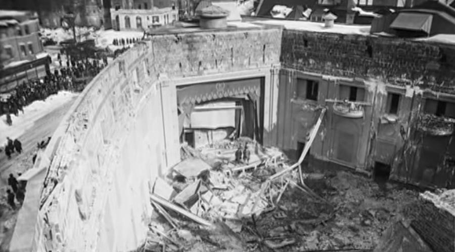 Кинотеатр «Никербокер» США, 28 января 1922 года Виной трагедии стала метель. Здание кинотеатра выстроили с небольшой ошибкой: архитектор не рассчитал избыточного давления снега на крышу. Катастрофа произошла днем, на очередном сеансе присутствовало почти две сотни человек. Под снегом крыша не выдержала и здание сложилось, будто картонная коробка. Из-под завалов извлекли тела 98 человек.
