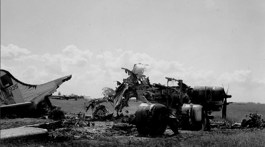 Атака с воздуха 22 июня звено из 75 немецких бомбардировщиков Heinkel появилось в небе Полтавы. И американцы и русские были настолько уверены в том, что базу обнаружить не удастся, что даже не оснастили ее радаром. Летчики союзников не могли сражаться ночью, зенитки также не сумели подбить ни одного немецкого самолета.