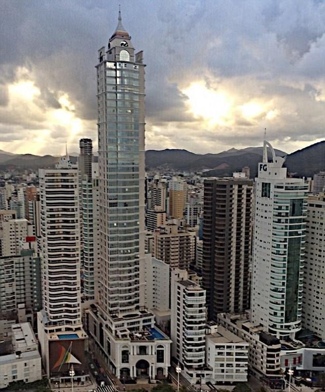 Буря раскачивает огромное здание: жильцы небоскреба в ужасе