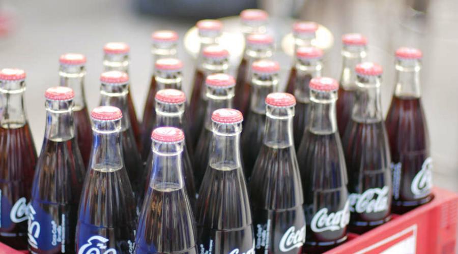 Кока-заговор Только в 2016 на страницах JAMA Internal Medicine появилась статья, доказывающая то, во что раньше верили только сторонники различных теорий заговора. Оказалось, что крупные концерны пищевых продуктов, такие как Coca-Cola, финансировали многочисленные и совершенно антинаучные исследования, согласно которым сахар вовсе не вредил и даже помогал детям оставаться здоровыми. А чуть ранее, в 2015 году, выяснилось, что Hershey и Skittles проплатили целую серию публикаций в научных журналах — все они косвенным образом приводили читателя к мыслям, что дети-сладкоежки реже страдают от диабета и ожирения, чем те, кто вовсе не ест сладкого.