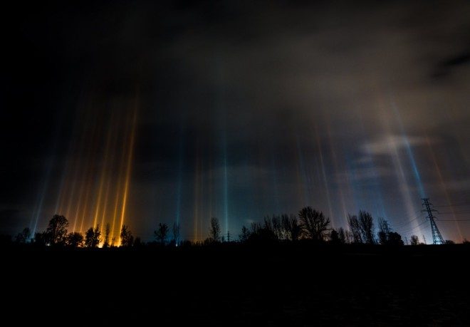 Загадочные световые столбы приняли за НЛО, но все оказалось гораздо проще