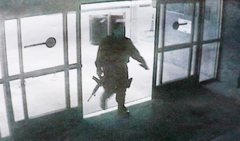 Стоит ли падать на пол Человек, размахивающий оружием, может вызвать приступ паники у самого закаленного героя боевиков. Не падайте на пол и не пытайтесь прятаться под столом: нападающие проверяют там в первую очередь.