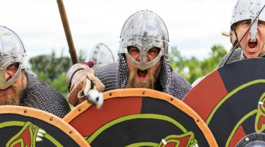 Репутация демонов Эксперты считают, что своей репутации непобедимых бойцов викинги были обязаны далеко не оружию. Броня тут тоже не причем: в отличие от средневековых рыцарей Европы, норманны использовали более легкие кольчуги. Все дело было в другом. Северные волки побеждали благодаря новаторской (по тем временам) тактике и высокому моральному духу.
