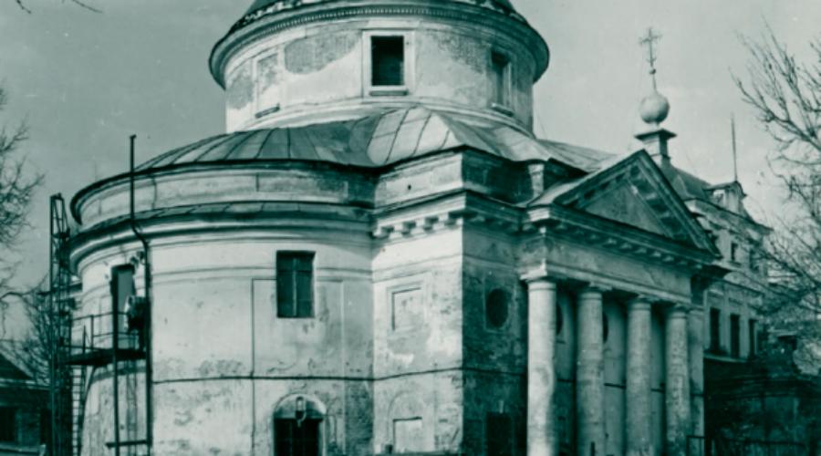 Сухановская особорежимная тюрьма Так называемый «спецобъект 110» был создан по инициативе Ежова, а затем курировался Лаврентией Берия. Именно сюда ссылали всех высокопоставленных политиков, попавших в опалу при Сталине. Режим тюрьмы был максимально строг, заключенным запрещали даже сохранять свои имена — все находились под номерами. Пытки и расстрелы стали визитной карточкой «Сухановки». Забавно, что Николай Ежов до самого расстрела просидел в одиночном карцере своего собственного детища.