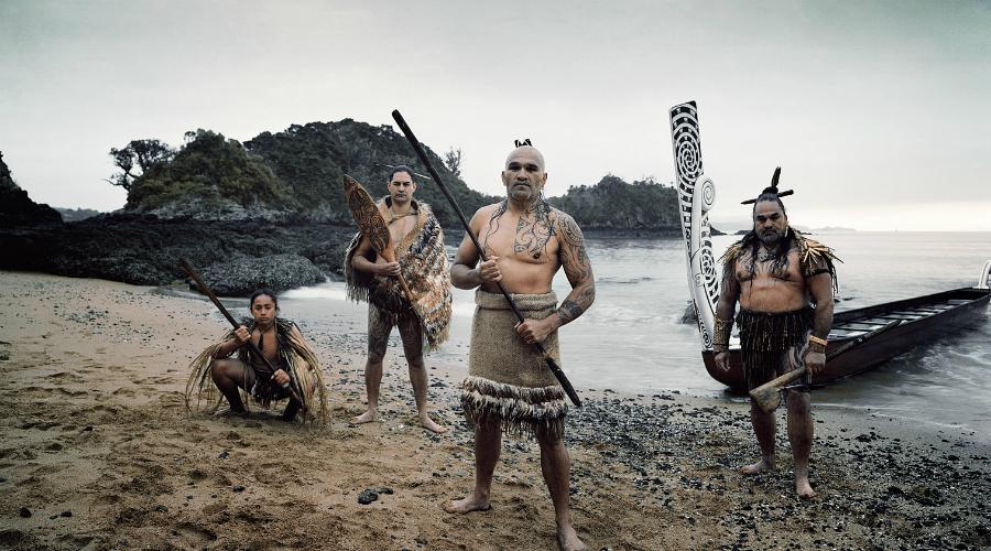 Цивилизация Маори Маори, одно из племен Новой Зеландии, подчинили себе все прочие племена жестокими войнами. Работорговцы, охотники, каннибалы — связываться с маори боялись даже британские колонисты, которые в принципе не считали подобные племена за людей. Получив в свое распоряжение огнестрельное оружие, маори потеряли голову. Острова охватило пламя войны, за несколько месяцев погибло 18 000 человек. А противостояние англичан и маори длилось еще много лет, пока почти все дикари не были истреблены.
