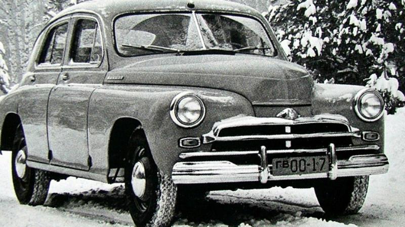 ГАЗ М-20 С виду — самая обычная «Победа», да машина и задумывалась неприметной. КГБ заказало модифицированный вариант удачного автомобиля Горьковскому автозаводу, и в 1955 году ГАЗ М-20Г был готов. Мощный мотор, гидромеханическая трансмиссия, огромный топливный бак и, конечно, полный комплект спецсвязи внутри. Машинка получилась быстрая, вот только тяжелая и плохо управляемая.