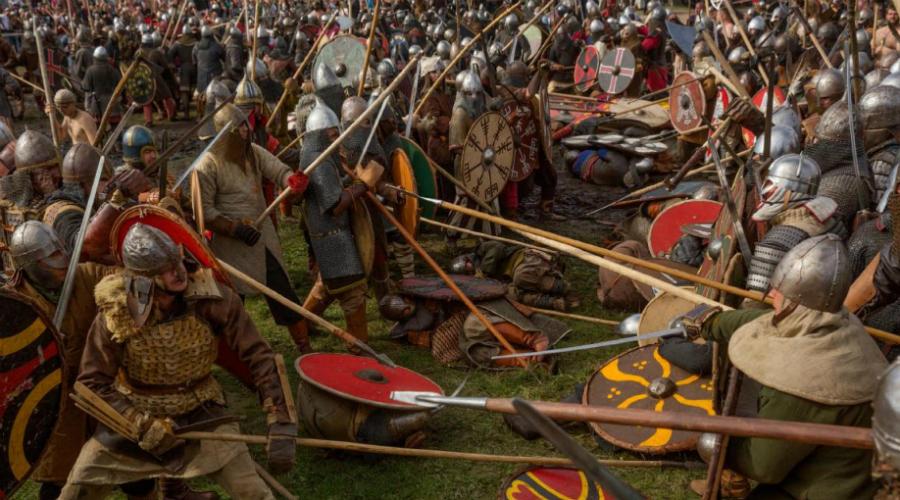 Деньги правят бал Все вышесказанное вовсе не означает, что викинги были одержимыми убийцами, готовыми на все ради одной цели — уничтожить врага. Совсем наоборот, норвежские мореплаватели предпочитали выбирать легкие цели. Изолированные монастыри, отдаленные деревушки: в таких местах риск умереть был низок, а вот шанс стать богачом высок. Никакого рыцарства норманны не выказывали — если засада или обман способствовали достижению цели, они эти уловки использовали. В рейды шли не за убийствами и славой. Викинги искали богатства.