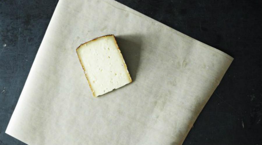 Сыр Почему-то большинство хранит сыр в полиэтиленовой упаковке или просто в пакете. Такой продукт очень быстро теряет вкус и высыхает. Гораздо лучше будет заворачивать сыр в пергаментную бумагу или даже алюминиевую фольгу. Хранить сыр можно в нижних отсеках холодильника.