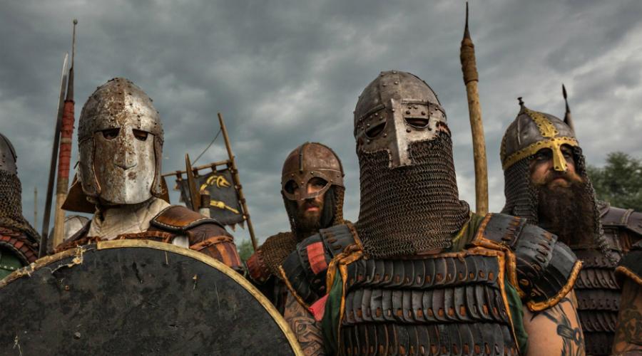 Вооружение Но как викинги смогли вселить такой страх в сердца противников? Археологические раскопки показали, что норманны использовали вполне стандартное вооружение — кольчужные рубашки для защиты, длинные копья, обоюдоострые мечи и топоры для атаки. В принципе, то же самое входило в обычное снаряжение и европейских воинов.