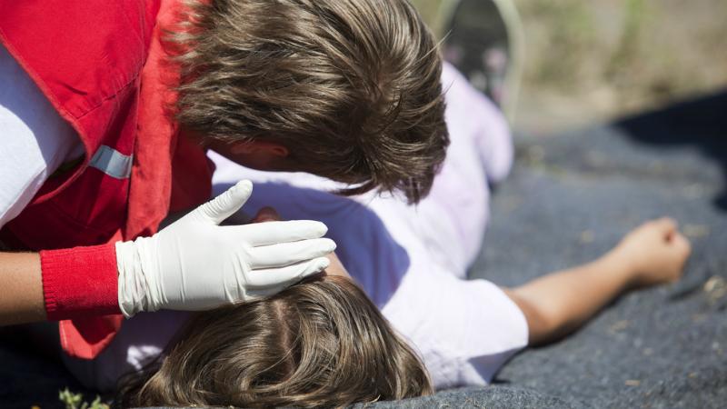 Ложка для эпилептика При эпилептическом припадке пострадавшему не поможет никакая ложка в зубах. Язык, вопреки распространенному заблуждению, он себе не откусит, а вот повредить зубы посторонним предметом во рту можно с легкостью. Постарайтесь осторожно повернуть человека на бок и положите ему под голову что-нибудь мягкое, ждите, пока приступ пройдет и вызывайте «Скорую помощь».