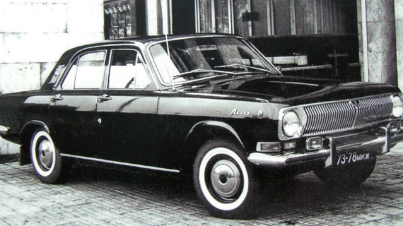 ГАЗ-24-25 Сотрудники КГБ окрестили машинку «догонялкой» за способность разогнаться до 100км/ч всего за 15 секунд. Мощный автомобиль получил усиленную бортовую броню, характерно низкую посадку, особые запоры капота и багажника и необычную систему номерных знаков, позволяющую сменить номер прямо из салона.