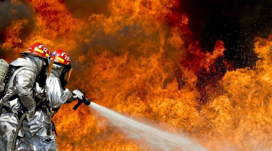 Ловушка Если огонь бушует уже прямо у ваших дверей, то покидать квартиру будет не безопасно. Постарайтесь объективно оценить обстановку: откуда идет огонь? Сколько в коридоре дыма? Слышны ли пожарные сирены? Если пожарная машина стоит уже во дворе дома, то будет безопаснее проложить все проемы влажной тканью, плотно закрыть окна (чем меньше кислорода, тем хуже будет разгораться пламя) и выйти на балкон.