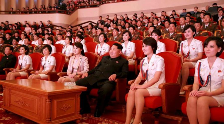 Пример деда Впервые так называемый «женский отряд специалистов» был организован еще дедом Ким Чен Ына в 1978 году. В Северной Корее девушек также прозвали «Отрядом счастья» — 2000 девушек, обученных как охранять вождя, так и удовлетворять все его потребности.