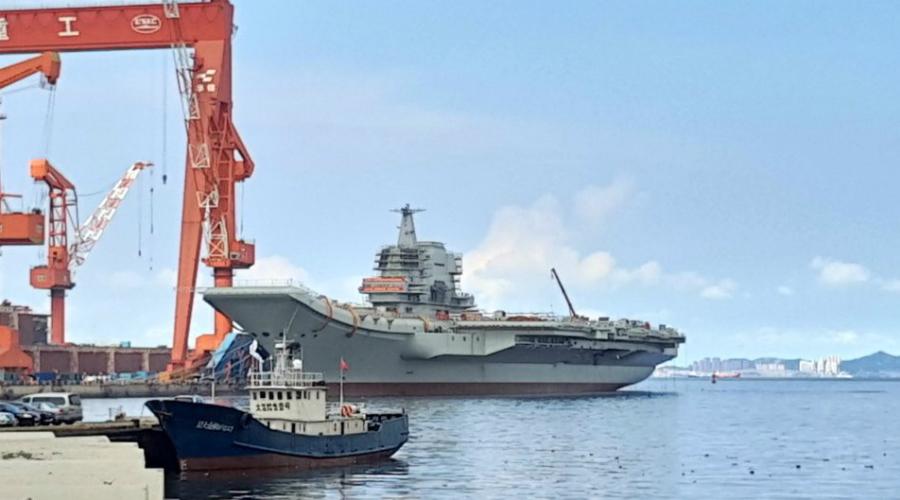 Type 001A «Тип 001A» — это второй авианосец КНР и первый построенный Китаем в принципе. Его спустили на воду в апреле 2017 года, но на вооружение судно поступит только в 2020 году, когда пройдет все ходовые испытания. По большому счету, конструкция авианосца в значительной мере заимствует конструкцию старого советского авианесущего крейсера «Адмирал Флота Советского Союза Кузнецов». Корабль имеет длину 300 метров, может перевозить около 40 самолетов и предназначен для усиления влияния КНР в Южно-Китайском море.