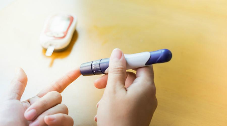 Повышенный аппетит Постоянное чувство голода (полифагия) при повышенном сахаре сопровождается таким же постоянным снижением массы. Так что, не надо радоваться, что можно есть биг-мак на ночь и не толстеть, сходите к врачу.