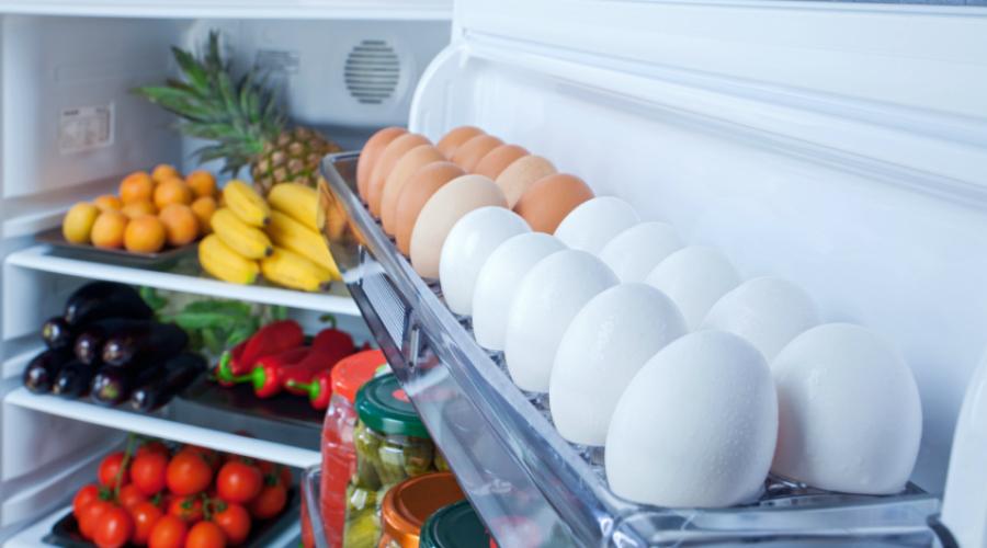 Правильный режим Вы наверняка пользуетесь холодильником неправильно. Яйца не стоит хранить в дверцах, где для них зачем-то до сих пор делают отсек. Дело в том, что именно здесь — наиболее теплое место в холодильнике. Гораздо лучше хранить яйца на средней полке. И еще: теплый воздух, по законам физики, поднимается наверх всегда, и в холодильнике тоже. Значит, верхние полки подойдут для копченых колбас и других продуктов, которые не испортятся быстро. Молоко, творог, упомянутые выше яйца и прочее скоропортящееся оставляйте на средних полках.