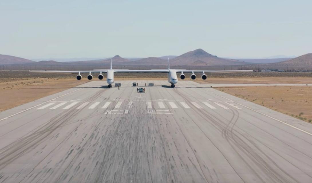 Масштабы проекта На данный момент Stratolaunch действительно является самым большим самолетом в мире. Размах его крыла равняется 117,3 метра, а длина обоих фюзеляжей составляет 72,5 метра. Весит этот гигант целых 227 тонн и способен взлететь с предельной массой в 590 тонн.