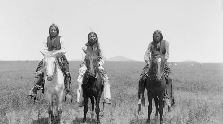 Империя Команчей У коренных американцев также была своя империя. Команчи повелевали большей частью прерий, укрепляя свое положение жестокими рейдами на другие племена. Испанцев и французов от исследования равнин отпугнули именно команчи. Но колосс стоял на глиняных ногах: с 1868 по 1881 год систематическое истребление бизонов привело к голодному мору, империя команчей пала.