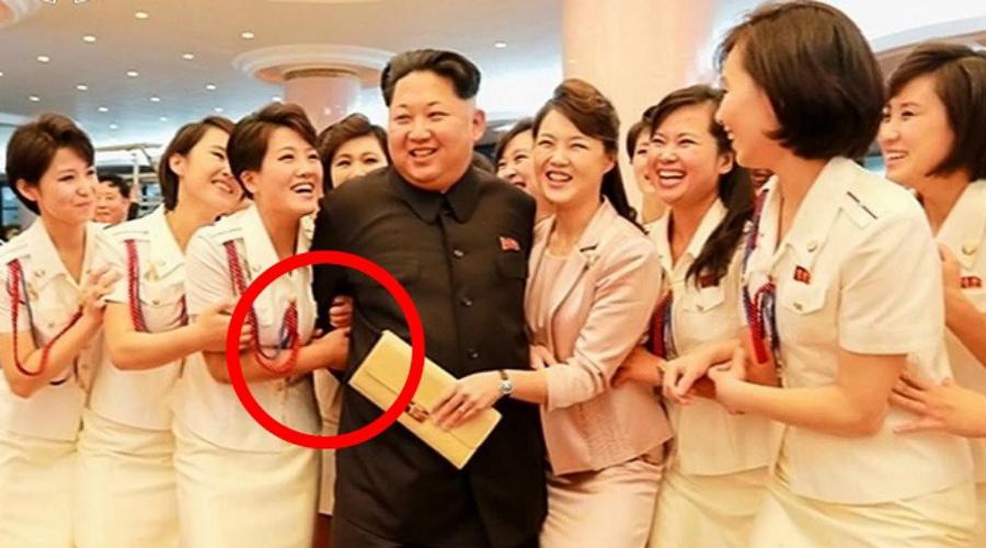 Телохранительница в подарок В двадцатилетнем возрасте личных телохранительниц Чучхе ждет новая судьба. Их отдают насильно замуж за армейских генералов — такой подарок считается высшим проявлением благосклонности Ким Чен Ына и чрезвычайно ценится офицерами.