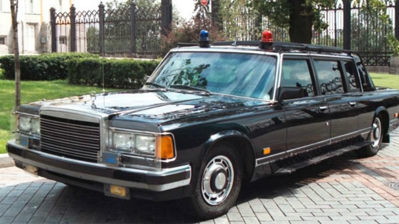ЗИЛ-41072 Скорпион Пятиместный автомобиль сопровождения был создан конструктором А.Н. Горчаковым специально для охранной службы Кремля. ЗИЛ-41072, прозванный «Телохранителем», получился своеобразным броневиком, способным развивать скорость в 190 км/ч и без особых проблем отбрасывать с дороги тяжелые препятствия. В крыше имелся специальный бронированный люк для автоматчика, заднее стекло откидывалось и превращалось в защиту для стрелков.