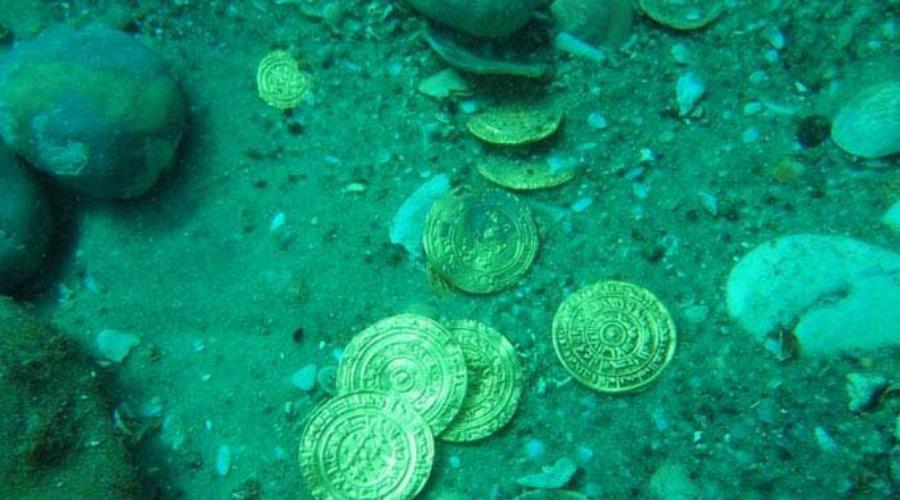 Ничей клад В 2009 году дайверы обнаружили затонувшие ящики с платиной и алмазами на дне Атлантического океана. По штамповке сундуков понятно, что драгоценности принадлежали Великобритании и России, но споры над правильным разделом трех миллиардов долларов идут до сих пор.