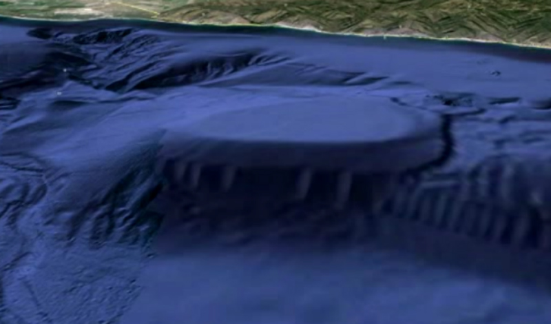 База у побережья Малибу Чаще всего странные летающие объекты видят у побережья Калифорнии. Поэтому открытие необычного и явно искусственного подводного объекта на дне Атлантического океана, неподалеку от Малибу, выглядит столь достоверным. Предполагаемая база инопланетян давно вызывает споры в научных кругах — кто-то верит в пришельцев, другие же считают, что на фото всего лишь необычный излом океанского шельфа.